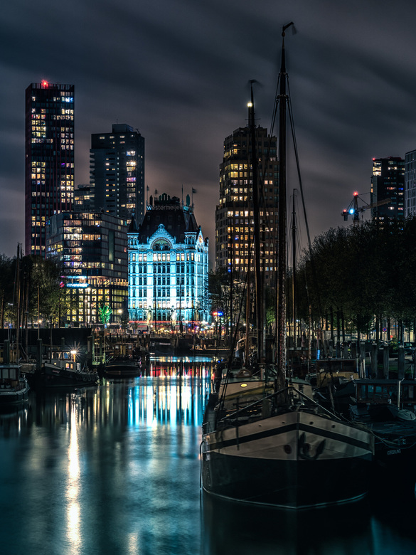 Het Witte Huis Rotterdam - De Haringvliet met aan het einde het Witte Huis. Ooit het hoogste gebouw van Europa, nu omgeven door hoge torens. Des ondan