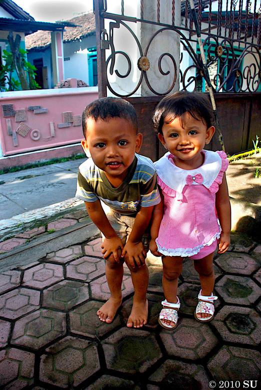 Kinderen - 2 kinderen tijdens vakantie op Java plaats Kediri vast gelegd.