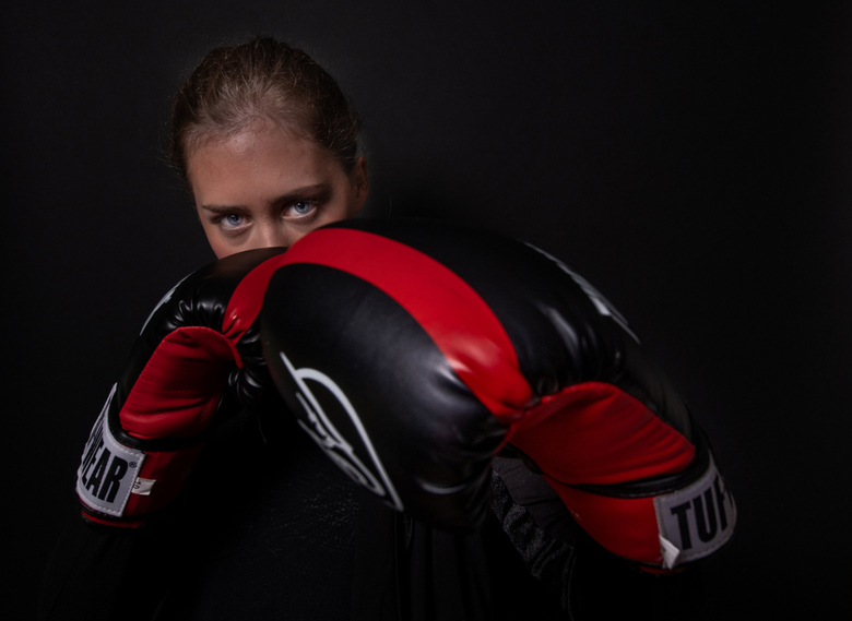Kickboxing girl - Kickboxing girl Linde in een studio-setting.