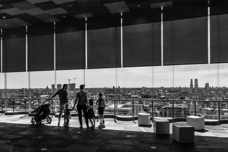 Op uitstap - Dit gezinnetje is geboeid door het uitzicht vanop het MAS over 't Eilandje in Antwerpen, behalve het kleine meisje ..