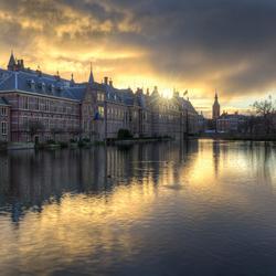 Donkere wolken boven het Binnenhof en Hofvijver