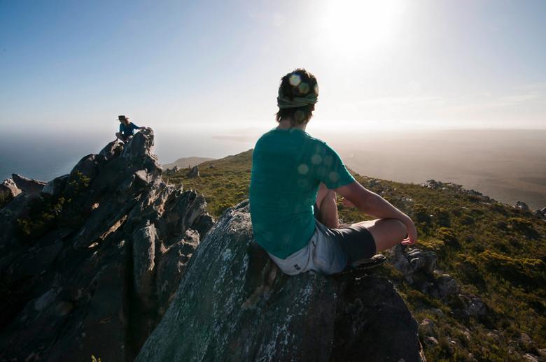 On top of Fitzgerald National Park Australie - Na een flinke klim eindelijk de top bereikt van de East Mount Barren. Overwinning en emotie bij het uit