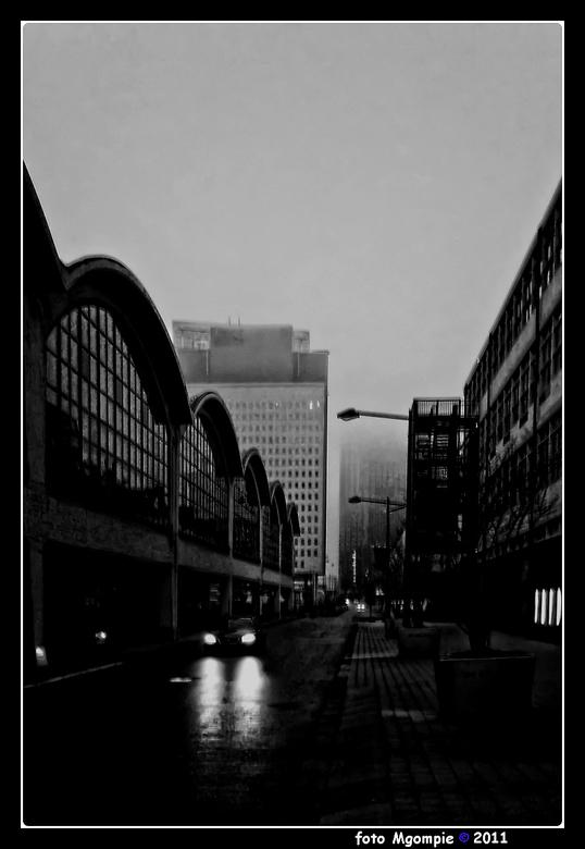 Grauw - Een neerslachtige grauwe foto van een grote stad (Rotterdam) op een nevelige gure dag. Echt zo'n dag waarop je eigenlijk bij de warme kac