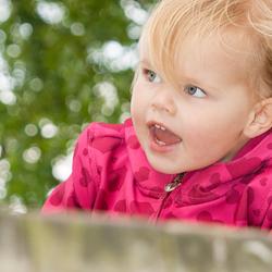 Dochter op het klimrek