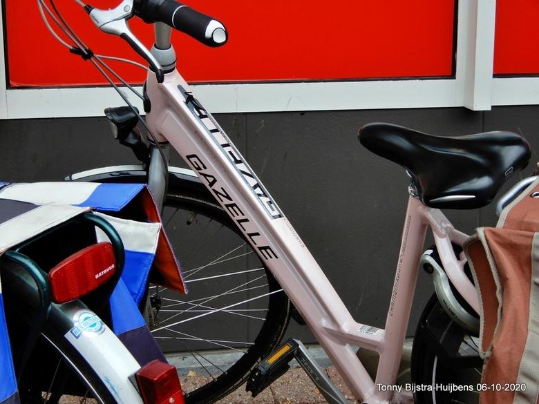 pink fiets - ja hoor, een PINK fiets....die zie je niet zo vaak. deze stond dus tussen een aantal andere fietsen geparkeerd bij een winkelcentrum. hel