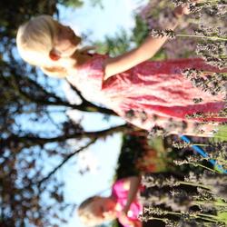 Meisjes in de tuin