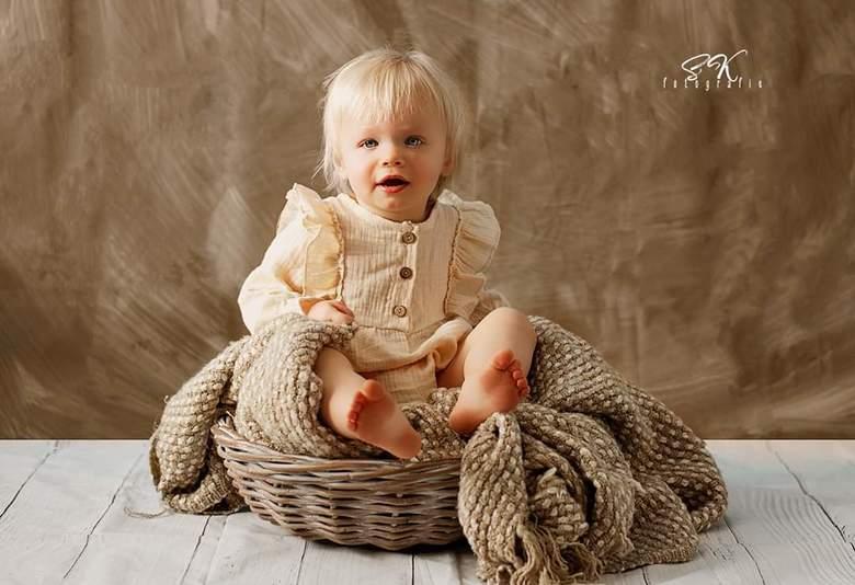 Beige cuteness  - Mijn dochter in de thuis studio.