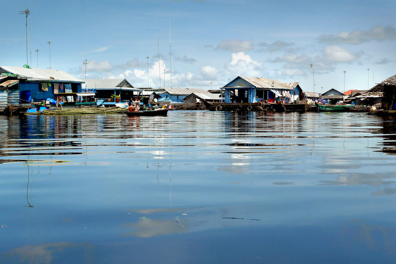 VOTE for PHOTED - Floating Village in Cambodja aan het Tonle Sap Lake. Dit dorp beweegt mee met de waterstand en is soms helemaal niet bereikbaar.