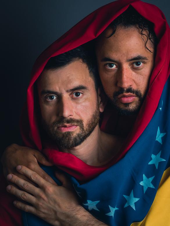 Fight for love and life - Gevlucht uit Venezuela... waar geen leven mogelijk is en homofilie een misdaad is.<br /> detail: Omgekeerde vlag staat voor