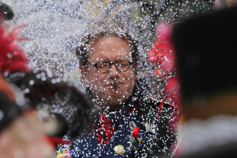 Confettisneeuw tijdens halfvastenoptocht -