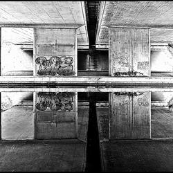 spiegeling viaduct A50 in Apeldoorns kanaal