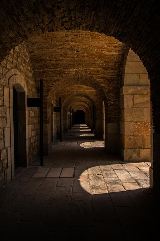 Kasteelgang. - Gang van kasteel Montjuïc te Barcelona.