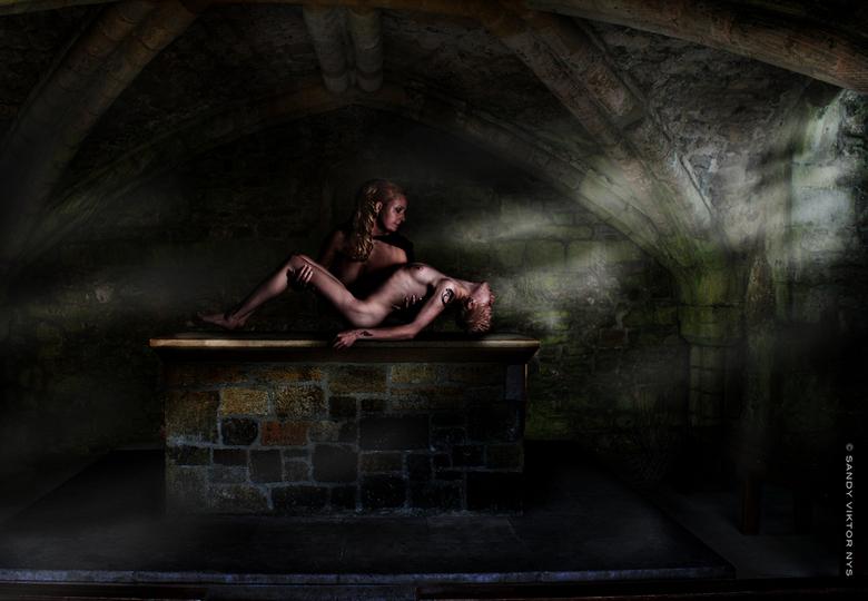 Het offer - achter  grond : Glastonbury, modellen : Linda en elke in studioshoot