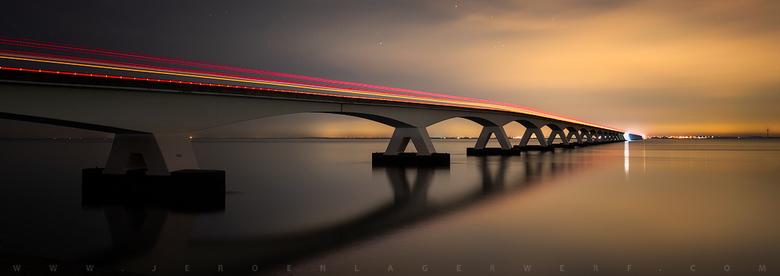 Lijn 132 - Over de titel<br /> Ik dacht de Zeelandbrug te fotograferen met lichtstrepen van verkeer. Toevallig passeerde de bus van Goes naar Zierikz