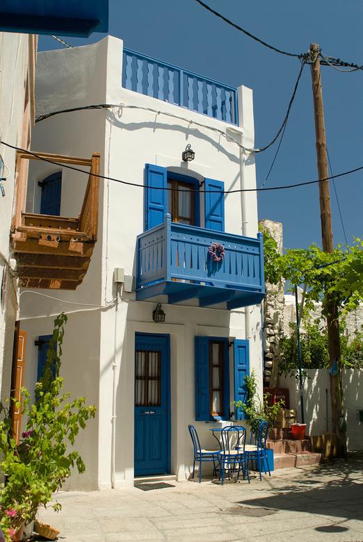 Typisch grieks - Tijdens onze vakantie zijn we op Nissyros geweest waar je nog veel van dit soort straatjes en huisje tegen komt.