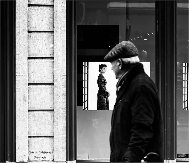 curious - Soms ga ik voor straat fotografie ,na al de rust in de natuur is dit toch steeds weer even wennen en aanpassen .