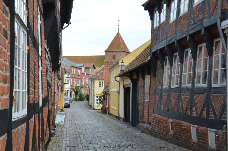 Ribe - Ribe is de oudste stad van Skandinavië.<br /> <br /> Straatje met zicht op de Sankt Katharine Kirke.