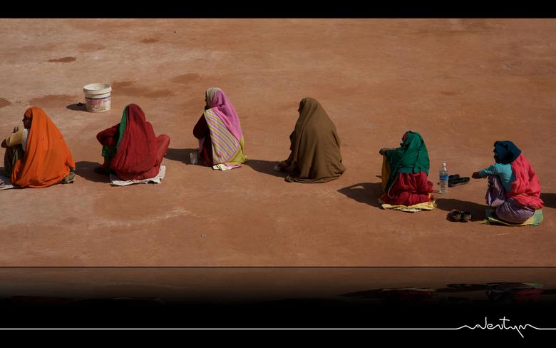 Look Left - Vrouwen in het Paleis van Jaipur, ieder van hun met een klopper in de hand om de grond aan te stampen.