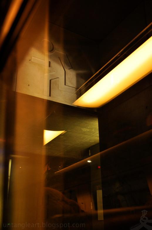 the running man - hier stonde we stil in Antwerpen met ze typische donker donkeren betonde station met gekleurde verlichting. en wat me eerder niet wa