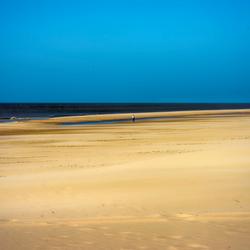 een leeg strand in Egmond