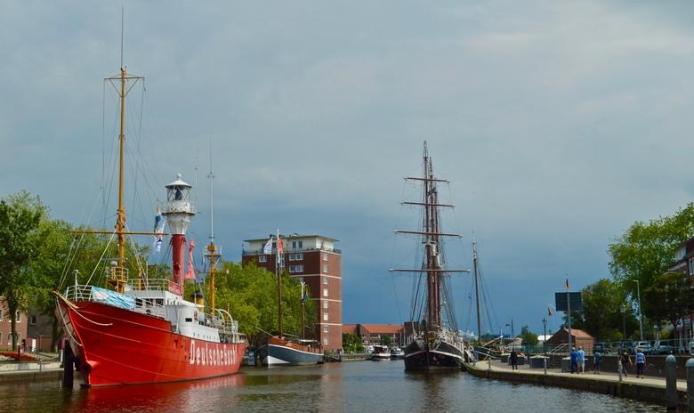 Haven van Emden - Een poosje terug in de haven van Emden. Op de achtergrond de donkere wolken die in Nederland voor flinke wateroverlast zorgden.