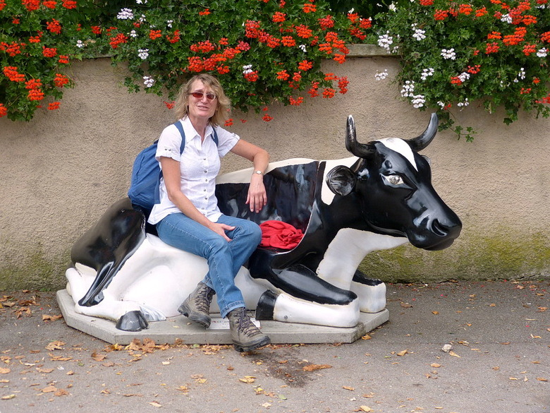 Koe getemd. - Riet vindt het gaaf om op een koe te zitten.<br /> <br /> 27 augustus 2014.<br /> Groetjes Bob.