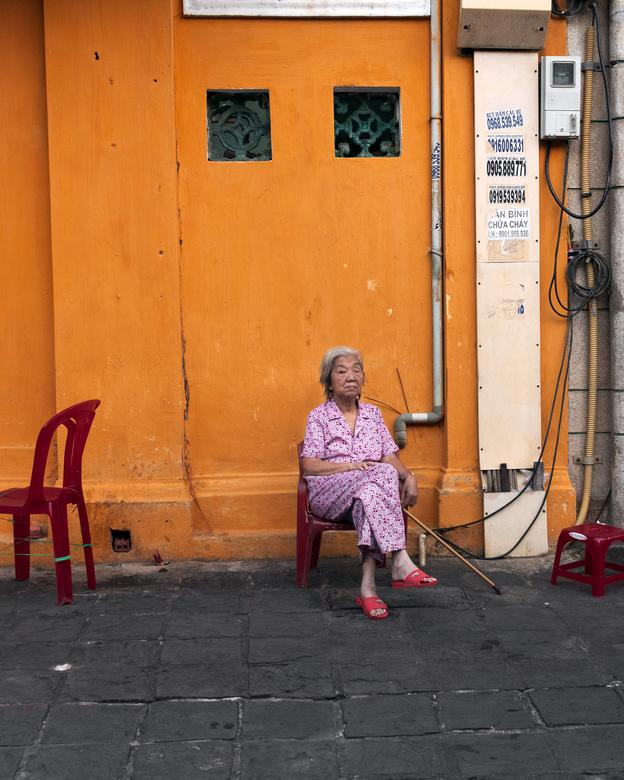 Oude dame in stoel -