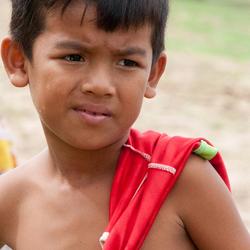 Faces of Cambodja -22- jongen met rood shirt