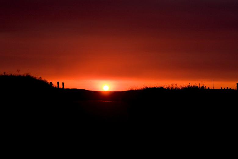 Sunset at Texel Beach - Na een fotoshoot met mijn nichtje op Texel, zag ik een prachtige zon boven de duinen uit komen. De kans voor deze foto heb ik