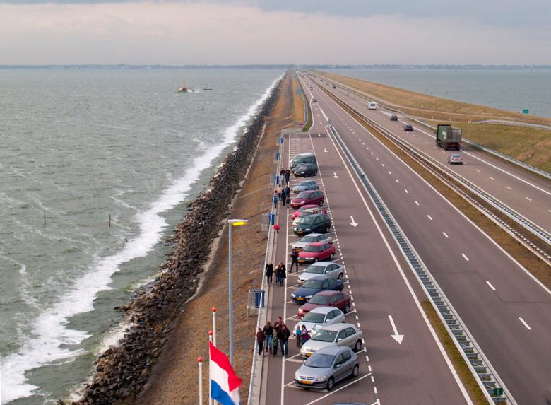 Afsluitdijk - Op de brug bij het monument op de Afsluitdijk zie je links de Noordzee en rechts  het IJselmeer.