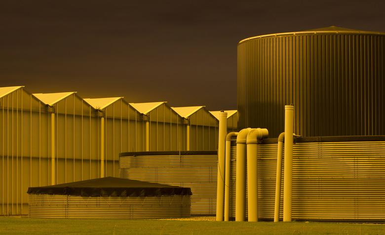 Glowing in the dark.. - Kassen in het westland lijken (samen met de atmosfeer erboven) 's nachts op te gloeien..