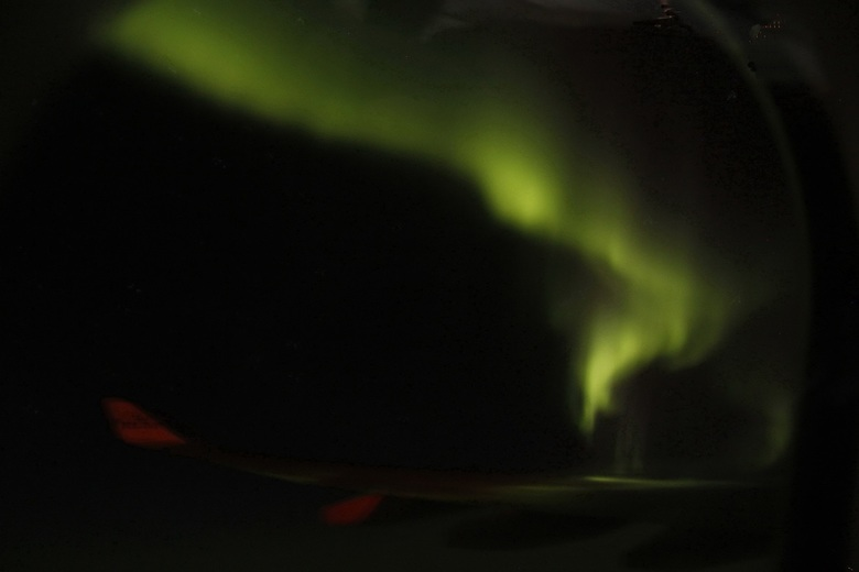 Noorderlicht - Het noorderlicht. Foto is gemaakt vanuit het vliegtuig en uit de hand.Terugreis van Canada, van Calgary naar Amsterdam.<br /> De maan