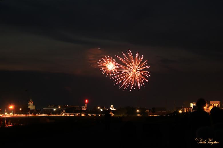 Vuurwerkshow Harlingen (2) - Nog eentje van de vuurwerkshow in Harlingen waarmee de visserijdagen gisteravond werden afgesloten.