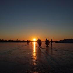 Schaatsen bij een zonsondergang