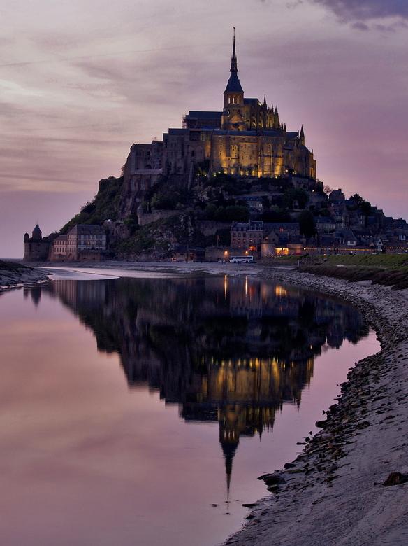 Mont-St-Michel  - Mont-St-Michel bij zonsondergang weerspiegeld in de rivier Couesnon in Normandië (Frankrijk)
