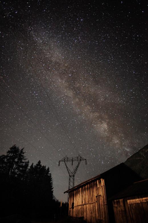 melkweg foto oostenrijk - melkwegfotografie op vakantie in oostenrijk. tussen de bergen prachtig zichtbaar