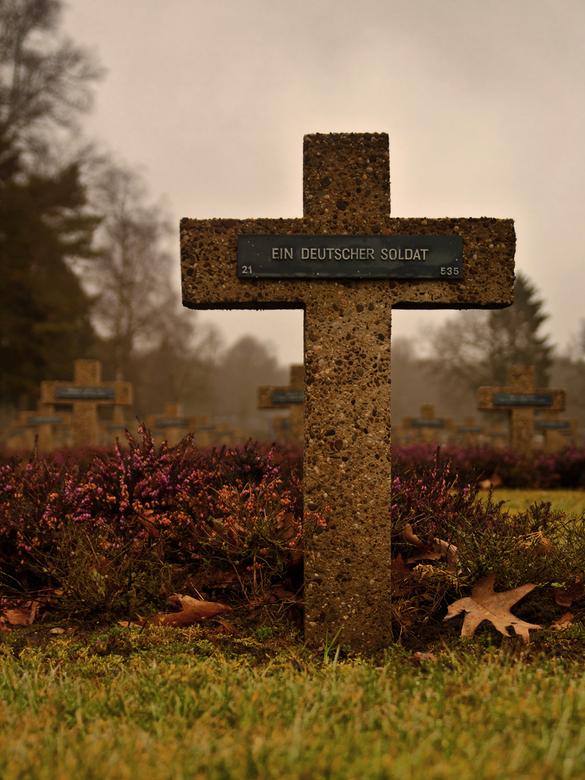 Ein Deutscher Soldat - Gisteren ben ik naar de Duitse militaire begraafplaats gereden om wat te fotograferen. Ik vond in het trieste, grijze, nevelige