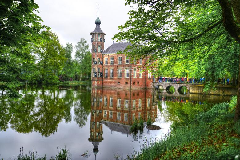 kasteel Bouvigne Breda - Mensen in de rij voor de poort van het kasteel om de binnenkant eens te mogen bezichtigen tweede pinksterdag 2013