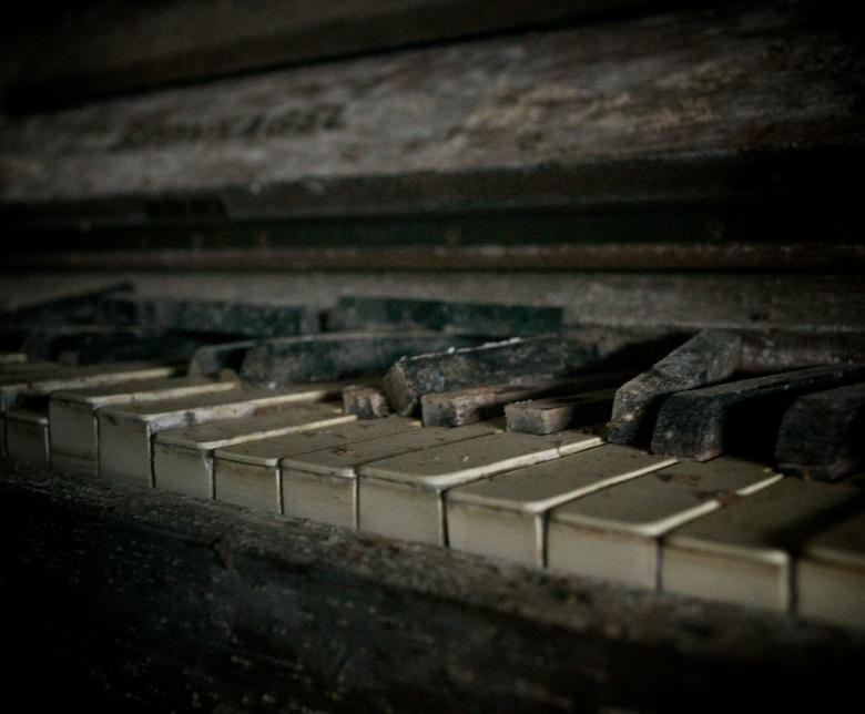 De oude piano - Een oude piano vergeten in een hoekje van een oude melkfabriek. Staande in een grote plas water. De toetsen waren kapot gesprongen doo