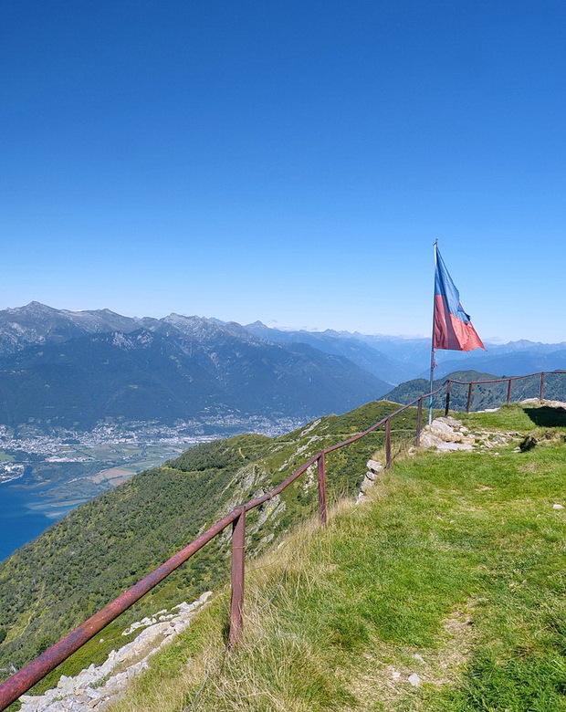 Alpe di Neggia. - Top bereikt van bergpas Alpe di Neggia en vormt de verbinding tussen het Zwitserse Vira en het Valle Verddasca dat voor het grootste