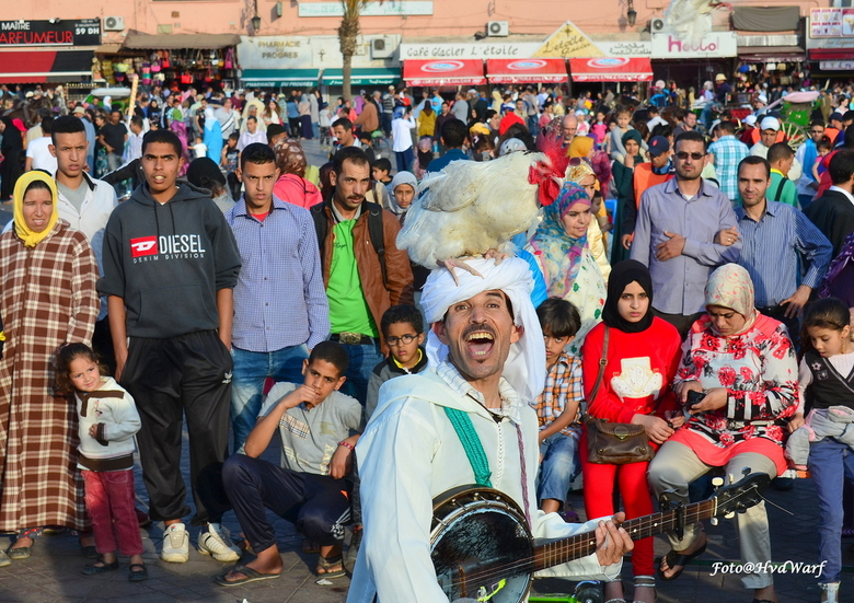 Straatartiest - Straatartiest op de Place Djemaa El Fna in Marrakesh Marokko