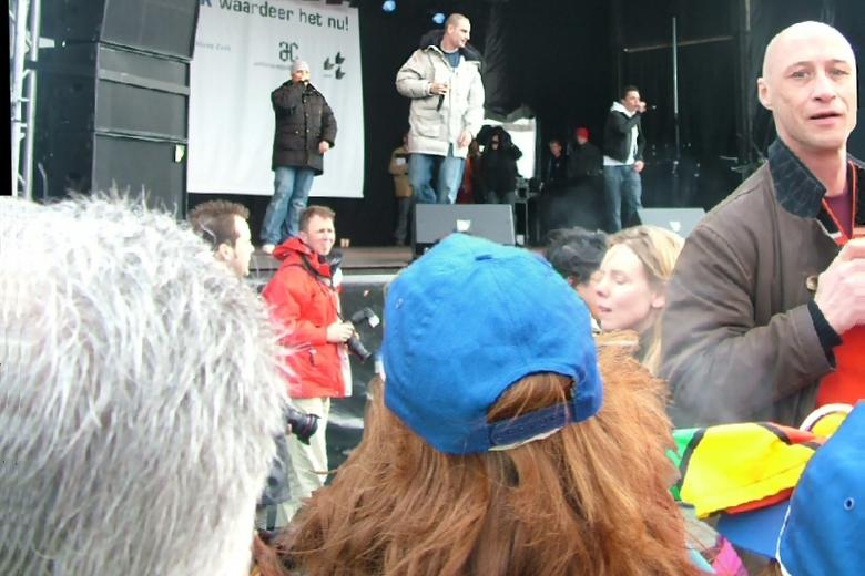 Jong en oud rapt - Lange Frans op ambtenarenmanifestatie 13-2-2007. De rapper heeft zowel van oud als jong goed de aandacht met een speciaal hiervoor