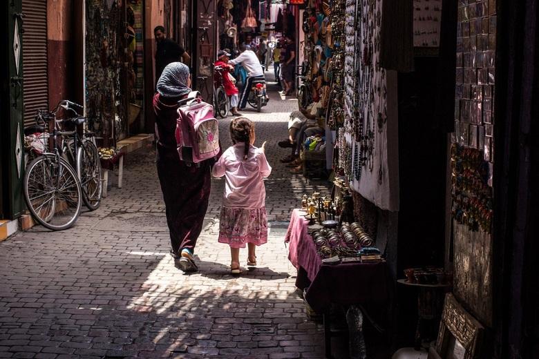 Marrakesh - Moeder en dochter lopen door een souk in Marrakesh, Marokko.