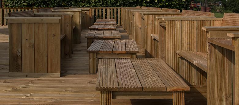 bankjes en tafels - Op het terras bij een party boerderij in Leiderdorp trof ik deze bankjes en tafels. Juist het verschil in geordende banken en de o