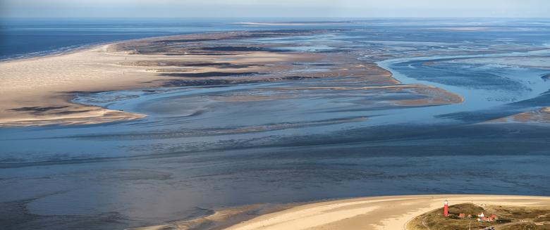 Zeegat Texel Vlieland - Het zeegat Engelschmangat stroomt van rechts de Waddenzee naar links in de Noordzee. Op de voorgrond de noordpunt van Texel me