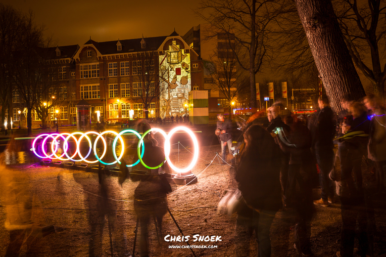 Busy times at the bands of friendship - Amsterdam Light Festival 2016 - Drukte rondom het kunstwerk Bands of Friendship van het Indiase architectenduo