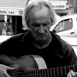 Concentratie van een straatmuzikant