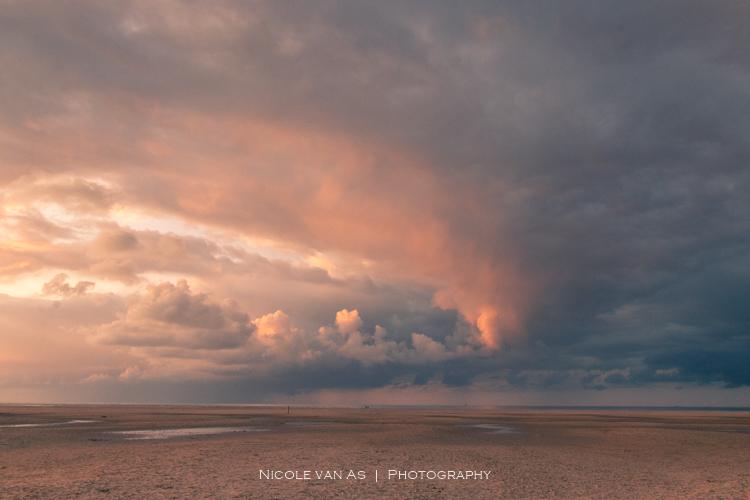 Heavy - Terwijl de zon prachtig onderging, keek ik even achterom.   De enorme hoosbui zag ik wegtrekken de zee op richting Vlieland.  Tijdens een zons
