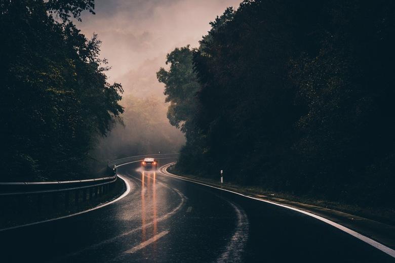Taillight reflections. - Donkere sfeer met een reflectie van achterlichten op een kronkelende weg in Duistland. <br /> <br /> FB: https://www.facebo