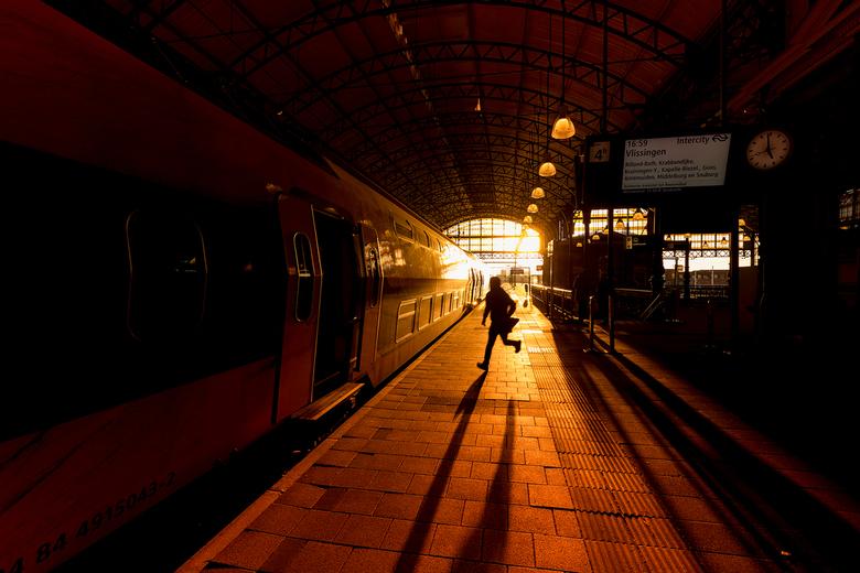 Wereldrecord Trein Halen - Man rent om de trein te halen op Den Haag Hollands Spoor